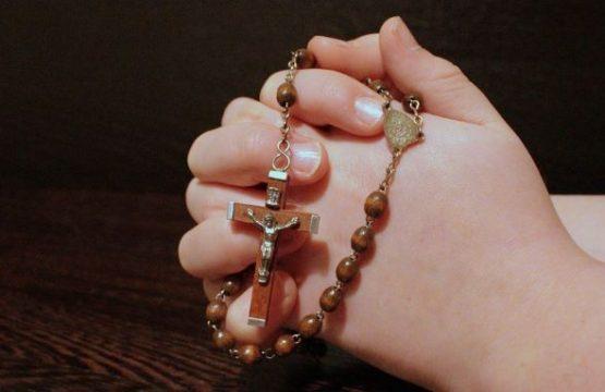 https://diecezja.lowicz.pl/app/uploads/rosary-1211064_960_720-555x360.jpg